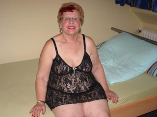 Ich bin eine 71 Jahre alte Oma und will einfach mal wissen, ob ich noch begehrenswert bin. Schaut Euch meine Bilder und Videos mal an... Über Livecam bin ich  auch zu sehen... Zeigt mir Eure dicken Lümmel, ich brauche das - Eure heisse Oma! Wie Du schon feststellen kannst, würde ICH auch gerne sehen, mit wem ich das Vergnügen habe. Hoffentlich hast Du Cam2Cam...
