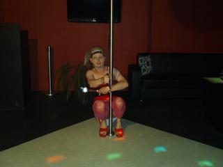 TocaDisco, Im Privatclub tanze ich nur an der Stange und auf High Heels, mein Spielzeug habe ich immer dabei. Willst Du mir beim Tanzen zusehen und an meiner Seite sein? Meist trage ich Lack und Leder - mir wird immer ganz heiss, wenn ich an Dich denke. Eine vibrierende Disco-Kugel leuchtet die Emotionen aus. Lass uns gemeinsam feiern, denn Du machst mich so willenlos. Ich verführe Dich mit meinem Zauberstab, wenn Du es willst. Oder möchtest Du die Regie übernehmen. Aber vergiss nicht - mir ist so heiss!!!