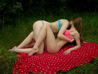 Zwei lustig, freundlich und unglaublich sexy Babes ! :) Unsere Lieblingsbeschäftigung ist, sich gegenseitig zu verwöhnen - vor allem, wenn es jemanden gibt , um uns zu sehen. ; ) Möchten Sie sein derjenige, der unsere hot Abenteuer mit uns zusammen erlebt?