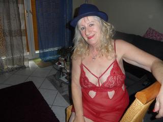 Alter: 68 / Jungfrau - Größe: 165 / mollig - Geschlecht: weiblich - Ausrichtung: heterosexuell - Haare: blond / mittellang - Piercing: keins - BH-Größe: C - Hautfarbe: weiss - Augen: blau - Rasur: vollrasiert