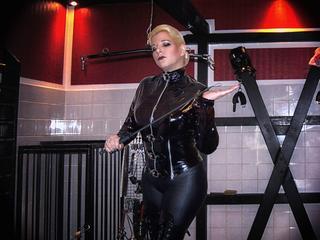 Lady-Doro - Du brauchst eine strenge Hand, die dich leitet und dir deine Grenzen aufzeigt? Dann melde dich bei deiner Lady Doro, denn ich �bernehme gerne deine weitere Erziehung.  Frauen nicht nur achten sondern ihnen auch noch jeden Wunsch von den Augen ablesen. Wenn du diese Regel befolgst dann mache ich aus dir einen guten Sklaven!