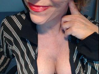 Ausrichtung: heterosexuell - Haare: blond / mittellang - Piercing: Bauchnabel - BH-Größe: DD - Hautfarbe: weiss - Augen: grün - Rasur: vollrasiert