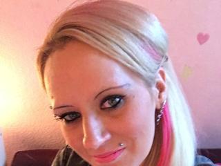 Ausrichtung: heterosexuell - Haare: blond / lang - Piercing: Intimpiercing - BH-Größe: B - Hautfarbe: gebräunt - Augen: blau - Rasur: vollrasiert