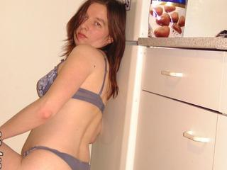Ich bin ein zartes, unerfahrenes, junges, freches Girl, das dir ihre süsse Schokoladenseite zeigt und von dir Erfahrung sammeln will, um es dir richtig geil zu besorgen. Ich strippe, tanze und verwöhne nach Bedarf meinen geilen, nackten, sexy heissen Körper nur für dich...
