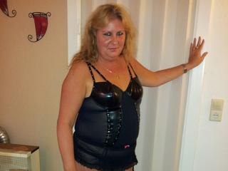 Hausfrau XXX - Anal-Sex, Devot, Fetisch, Natursekt, Rollenspiele, Schlucken, SM-Sex, Spanking, Swinger, Live-Dates sind meine sexuellen Vorlieben!