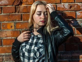 Alter: 19 / Wassermann - Größe: 167 / sportlich - Geschlecht: weiblich - Ausrichtung: heterosexuell - Haare: blond / sehr lang - Piercing: keins - BH-Größe: A - Hautfarbe: weiss - Augen: blau - Rasur: vollrasiert