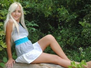 Alter: 23 / Waage - Größe: 166 / schlank - Geschlecht: weiblich - Ausrichtung: heterosexuell - Haare: blond / sehr lang - Piercing: keins - BH-Größe: B - Hautfarbe: weiss - Augen: blau - Rasur: teilrasiert