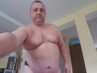 Jim - Darten, Fussball, Sex,  - Ich bin ein 48 Jähriger kleiner etwas Dicklicher Mann! Ich habe einen so genannten Blut Penis, wenn Du wissen willst was das ist zeige ich es Dir. Mein Name ist Jim!