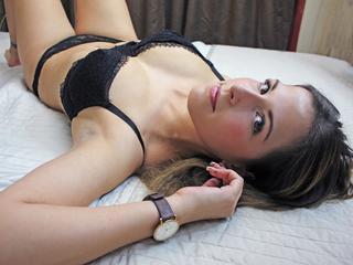 Ausrichtung: bisexuell - Haare: brünett / lang - Piercing: keins - BH-Größe: C - Hautfarbe: weiss - Augen: braun - Rasur: vollrasiert